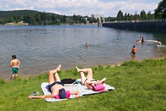Letní dny si na jablonecké přehradě užívají stovky lidí. Vodní záchranáři se připravují na prázdninovou sezonu