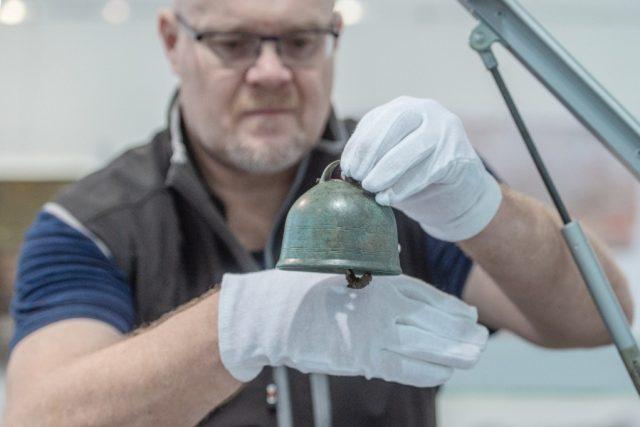 Archeolog Jan Prostředník při práci v muzeu