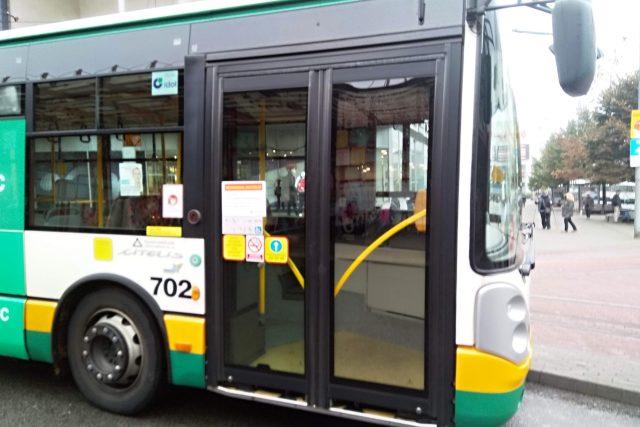 Do autobusů a tramvají v Liberci předními dveřmi nenastoupíte