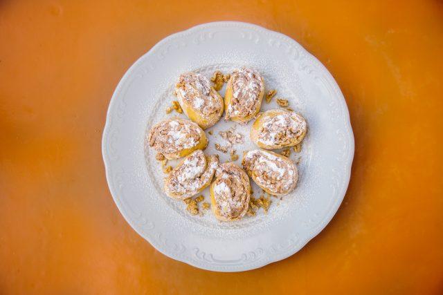 Vláčné a křupavé sladké šišmáky se sněhem a ořechy upekla Libuše Mariánková z Litoměřic
