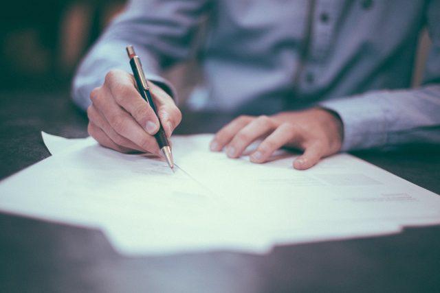 podpis smlouvy  (ilustrační foto)   foto: Fotobanka Pixabay