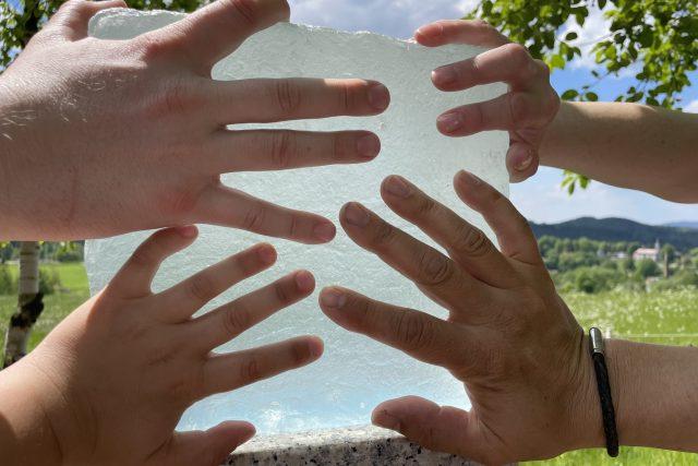 Stezku zdobí skleněné kostky,  které vznikly v huti Střední uměleckoprůmyslové škole sklářské v Železném Brodě   foto: archiv Josefa Gotvalda