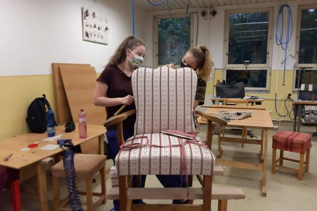 Studentky nábytkářského učiliště v libereckých Kateřinkách