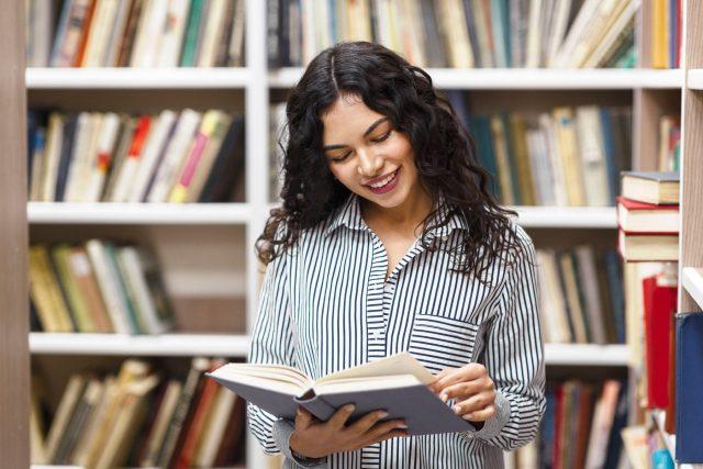 Čtenářka, kniha, knihovna (ilustrační)