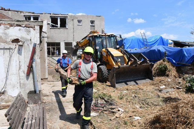 Liberečtí hasiči při vyklízení stavebního materiálu v Mikulčičích   foto: HZS Libereckého kraje