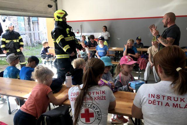Na táborech pořádaných Červeným křížem děti poznávají práci různých záchranných složek
