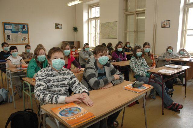 Děti s rouškami ve škole
