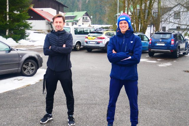 Trenér Jiří Jiroutek a jeho svěřenec, mladý skokan na lyžích František Holík