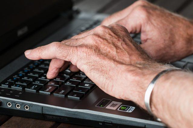 Senioři dokáží pracovat i na počítači (ilustrační foto)