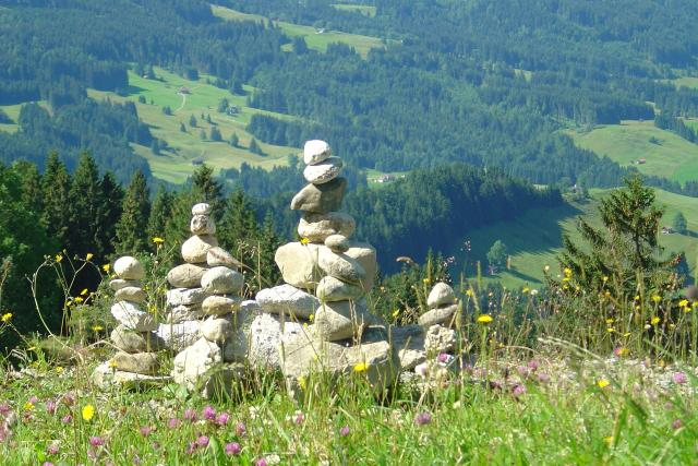 Každé léto rozeberou v Krkonoších strážci přírody stovky takových kamenných mohyl  (ilustrační foto) | foto: Fotobanka Pixabay