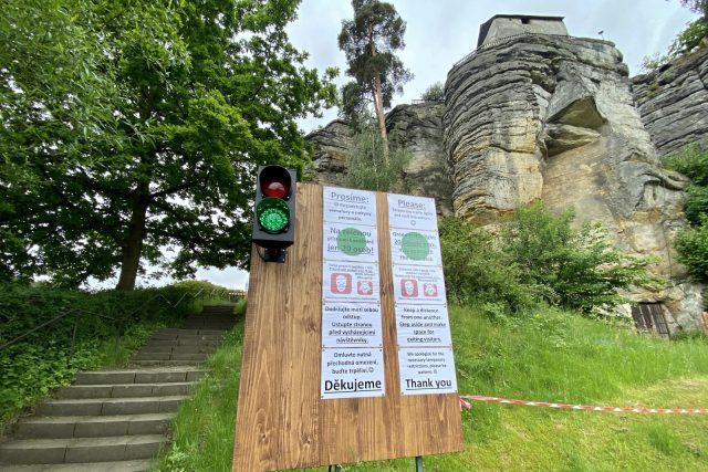Přístup a odchod návštěvníků hradu Sloup řídí semafory