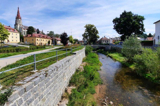 Zvýšené nábřežní zdi - jedno z protipovodňových opatření v Chrastavě
