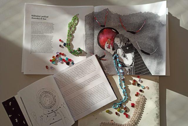 Knihu napsal kurátor Muzea skla a bižuterie v Jablonci nad Nisou Petr Nový a ilustracemi doplnil Matyáš Prošek | foto: Jaroslav Hoření,  Český rozhlas