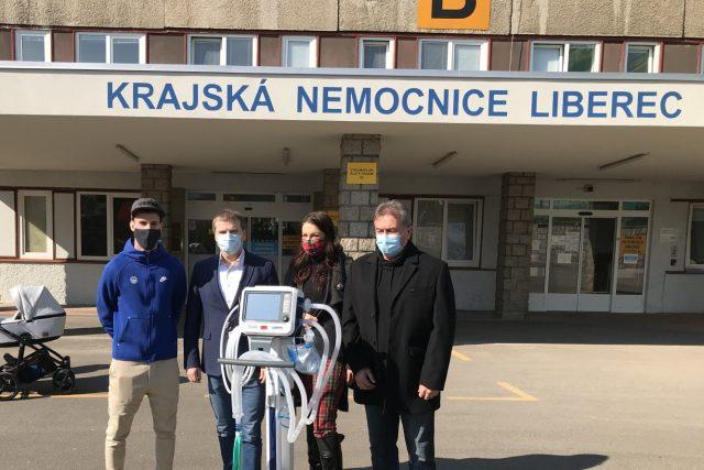Nemocnici na nové přístroje přispěl fotbalový Slovan i Nadace Preciosa