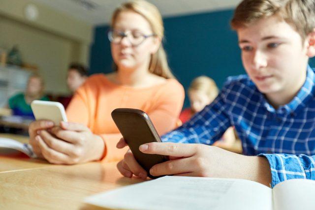 Děti si o přestávkách ve škole nepovídají. Spíš hrají a komunikují přes mobil