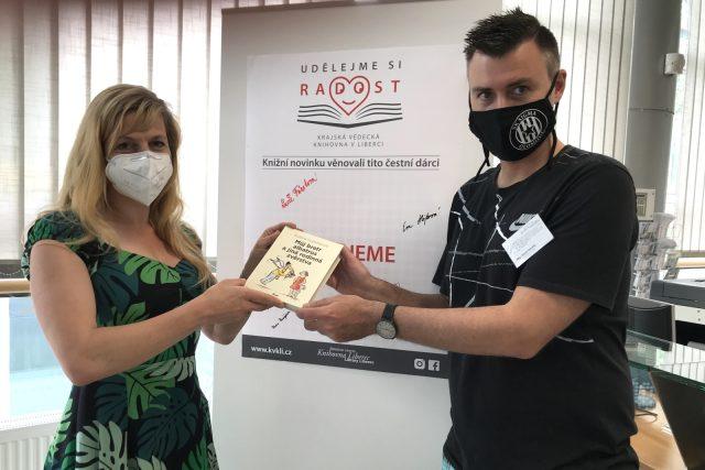 Knihu do liberecké krajské knihovny přinesla i naše redaktorka Lucie Fürstová, převzal ji od ní knihovník David Vánský