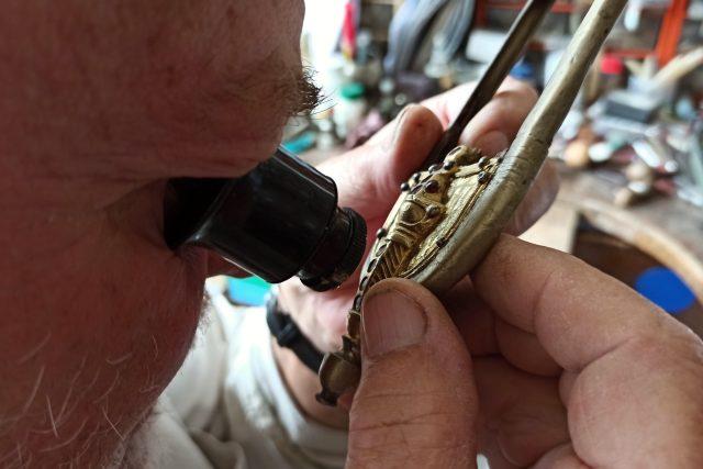 Repliky šperků z hrobu germánského náčelníka zkoumají na turnovské Šperkárně. Tamní restaurátory zajímá nejvíc technologie výroby