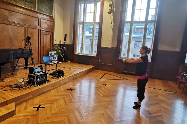 Výuka tance v dočasném televizním studiu, původně koncertním sále