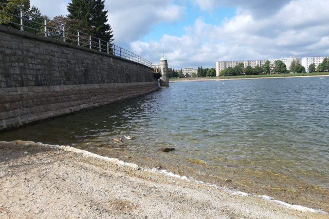 Hráz jablonecké přehrady Mšeno prochází rekonstrukcí.