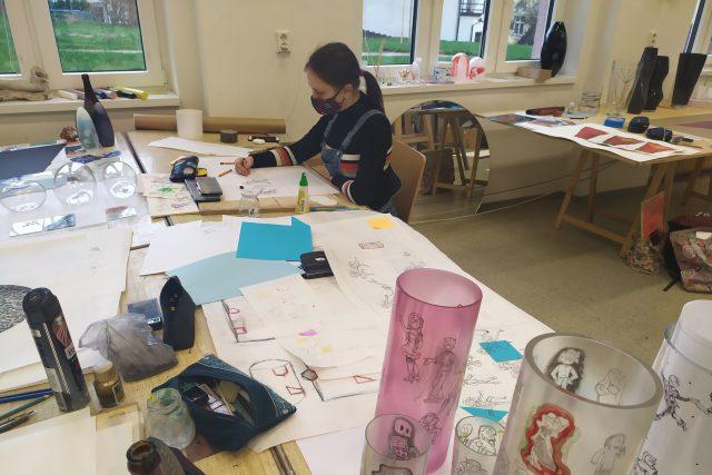 Snímek z praktických maturit na Střední uměleckoprůmyslové škole sklářské v Železném Brodě zaměření Malba a dekor