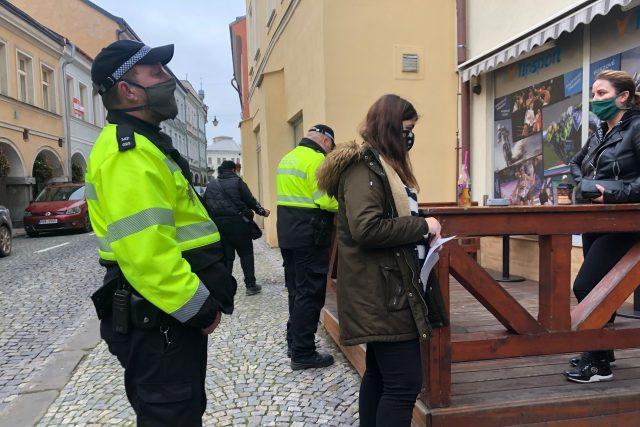 Trutnovská městská policie se zaměřuje na kontroly nošení roušek