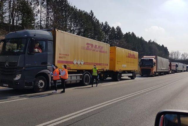 Rozdávají jídlo a pití řidičům kamionů v koloně před hranicí s Polskem