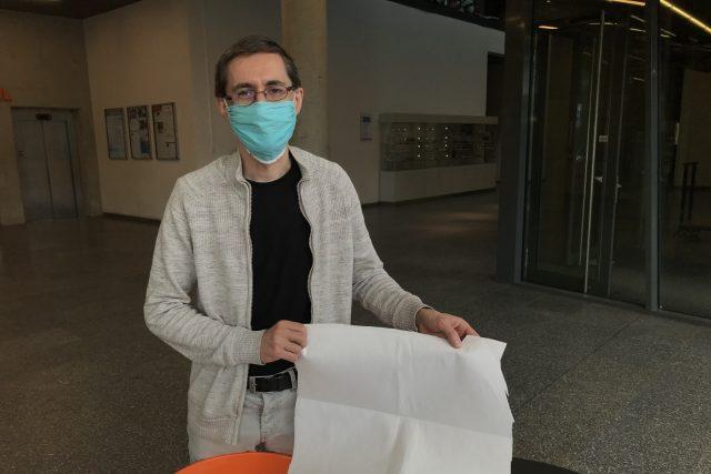 Netkanou textilii představuje vedoucí katedry chemie Josef Šedlbauer