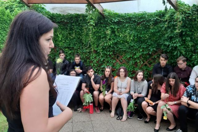 Učitelka Alena Brabencová se se svými žáky loučila na zahradě u hrádecké základní školy Lidická