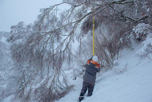 Technici ČEZ odstraňují sníh z vysokého napětí