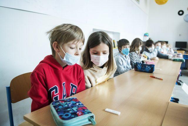 Žáci čekají na výsledek antigenního testu